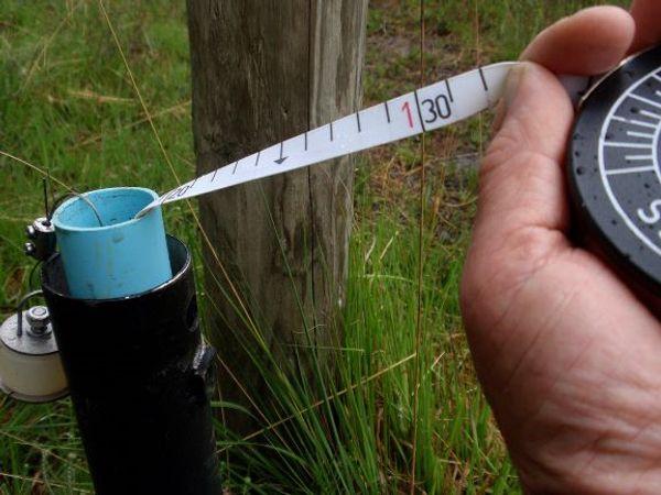 Het grondwaterpeil kan worden afgelezen met behulp van een peilbuis
