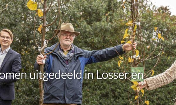 In Oldenzaal zijn er 168 bomen uitgedeeld aan 16 initiatieven. 110 van de provincie en de gemeente deed er nog 58 bij vanwege de grote belangstelling. Op de foto Theo von Pieckartz van de Groene Loper Oldenzaal tussen de wethouders.