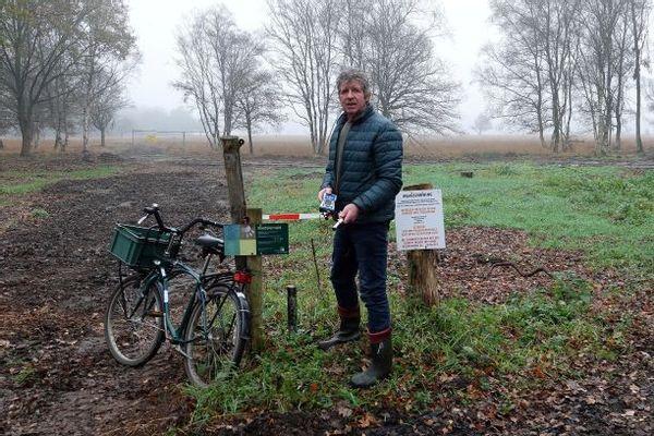 Sjaak Bruggeman is de grondwaterdata aan het uitlezen