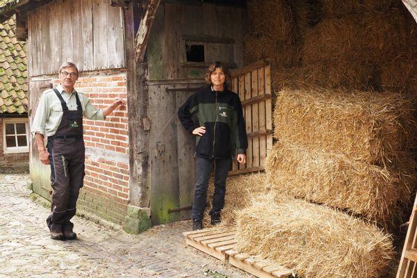 Meester en MIO poserend bij één van de nostalgische schuren naast Watermolen Frans