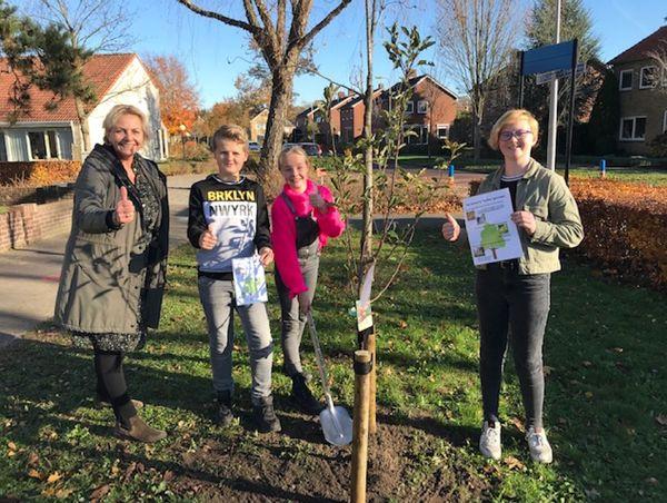 """In Hof van Twente worden de bomen uitgeleverd door een speciaal hiervoor geformeerde boomwerkgroep. Daar komen de bomen bijvoorbeeld bij een stadslandbouwproject in Goor, in een buurtboomgaard en bij een aantal scholen. Geen feest of activiteiten op verordening van de gemeente Hof van Twente, maar zegt Ina van de Riet van Groene Loper Hof van Twente: """"De bomen gaan de grond in! Er is beweging en we komen steeds een stapje verder met stedelijke vergroening en biodiversiteit."""" De Groene Loper had zelf ook nog een actie op boomfeestdag: alle negen basisscholen in de gemeente kregen een fruitboom. Helaas geen leuke activiteiten voor de schoolkinderen, maar dat halen ze vast nog wel in."""