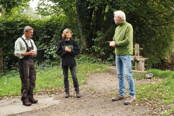 De molenaars in gesprek met een passerende wandelaar.