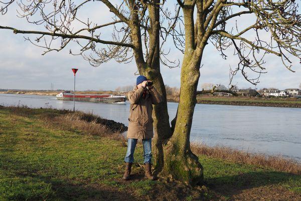 Evert Ruiter langs de IJssel in de Duursche Waarden
