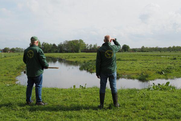 Hennie Schröder en Theo Schröder bij het plas-drasgebied De Veldhoek